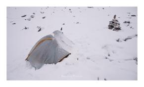 Réveil sous 20cm de neige fraiche après une nuit rythmée par le frrrrrr régulier de la neige qui glisse sur la toile de tente.